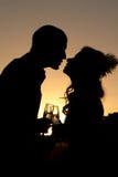 Silhouet van huwelijkspaar bij zonsondergang Royalty-vrije Stock Foto's