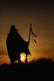 Silhouet van inheemse Amerikaanse medicijnman met piekschacht op backgroun royalty-vrije stock foto's