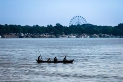 Silhouet van inheemse traditionele houten het roeien boot op Ayeyarwady stock fotografie