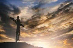 Silhouet van Jesus met Kruis over zonsondergangconcept voor godsdienst, Stock Foto's