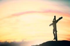 Silhouet van Jesus met Kruis over zonsondergangconcept voor godsdienst, royalty-vrije stock foto's
