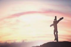 Silhouet van Jesus met Kruis over zonsondergangconcept voor godsdienst, Royalty-vrije Stock Afbeeldingen