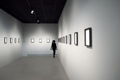 Silhouet van jong meisje bij kunsttentoonstelling Royalty-vrije Stock Afbeelding