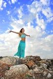 Silhouet van jonge aantrekkelijke vrouw met geopende wapens in openlucht i Stock Foto