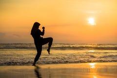 Silhouet van jonge geschikte Moslimvrouw omvat in Islam hijab de de hoofdsjaal van de de karateschop van opleidingsvechtsporten a royalty-vrije stock afbeeldingen