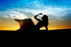 Silhouet van jonge sensualiteit mooie vrouw Royalty-vrije Stock Foto's