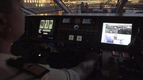Silhouet van Kapitein Steering Boat stock video