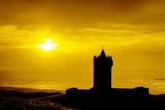 Silhouet van kasteel bij zonsondergang in Ierland. Royalty-vrije Stock Afbeeldingen