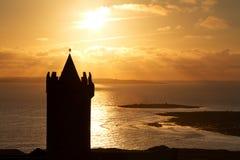 Silhouet van kasteel Doonagore Stock Afbeeldingen