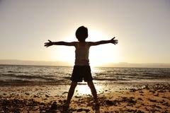 Silhouet van kind op het strand Stock Foto