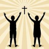 Silhouet van kinderen aan God met gebed en verering wordt gedraaid die royalty-vrije illustratie