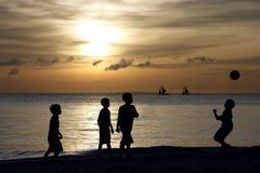 Silhouet van Kinderen die 2 spelen Royalty-vrije Stock Afbeeldingen