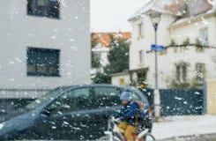 Silhouet van kinderen die straat op een sneeuwdagduiker kruisen royalty-vrije stock fotografie