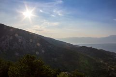 Silhouet van kleine kerk op berg met overzees, eiland Krk Croa stock foto