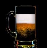 Silhouet van kleurrijk bierglas op zwarte Stock Foto's