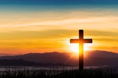 Silhouet van kruis op de achtergrond van de bergzonsopgang stock afbeeldingen