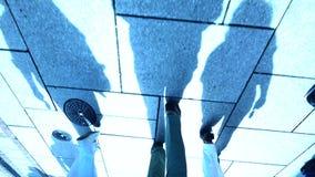 Silhouet van lopende mensen Langzame Motie personenvoetgangers stock footage