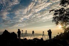 Silhouet van mannelijke fotograaf of reiziger die een foto nemen royalty-vrije stock foto
