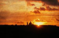 Silhouet van Mediterrane Kerk bij Zonsondergang Stock Fotografie