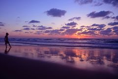 Silhouet van meisje Het kind bekijkt dageraad dans op de kusten van de Middellandse Zee royalty-vrije stock afbeelding