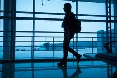Silhouet van meisje het lopen op luchthaventerminal Stock Fotografie