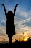 Silhouet van meisje het ontspannen op gebied Royalty-vrije Stock Fotografie