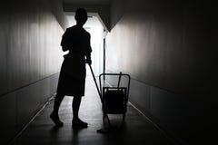 Silhouet van meisje schoonmakende vloer Royalty-vrije Stock Afbeeldingen