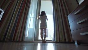 Silhouet van meisje sprekende telefoon stock videobeelden