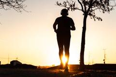 Silhouet van mens het lopen stock foto