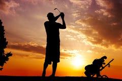 Silhouet van mens het slingeren Royalty-vrije Stock Afbeelding