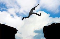 Silhouet van mens het springen Stock Foto's