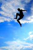 Silhouet van mens het springen Royalty-vrije Stock Afbeelding