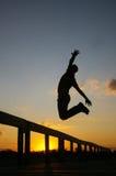 Silhouet van mens het springen Stock Afbeeldingen