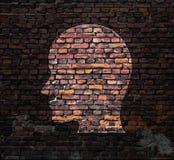Silhouet van menselijk hoofd op de muur Stock Fotografie