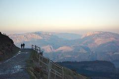 Silhouet van mensen die in de berg wandelen Stock Afbeelding