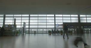 Silhouet van Mensen in luchthaventerminal die met bagage lopen stock footage