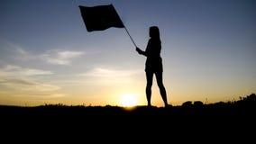 Silhouet van mensen met vlag op bergbovenkant stock afbeelding