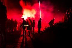 Silhouet van mensen met vuurwerk Stock Foto