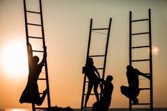 Silhouet van mensen op de treden bij zonsopgang Royalty-vrije Stock Afbeeldingen