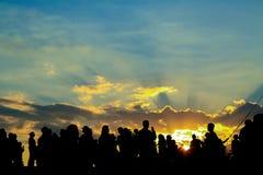 Silhouet van mensen op een zonsondergang Stock Foto's