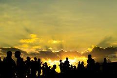 Silhouet van mensen op een zonsondergang Royalty-vrije Stock Fotografie
