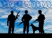 Silhouet van militair en de hond stock afbeelding