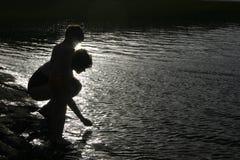 Silhouet van moeder en kind stock fotografie