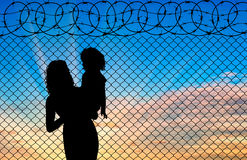 Silhouet van moeder en kindvluchtelingen Stock Foto's
