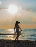 Silhouet van mooie jonge vrouw stock afbeeldingen