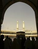 Silhouet van Moslimpelgrims en Kaabah royalty-vrije stock fotografie