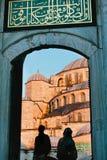 Silhouet van Moslims bij de Blauwe Moskee, Istanboel royalty-vrije stock afbeelding