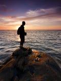 Silhouet van één enkele mens bij zonsondergang Royalty-vrije Stock Foto's