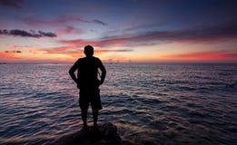 Silhouet van één enkele mens bij zonsondergang Royalty-vrije Stock Foto