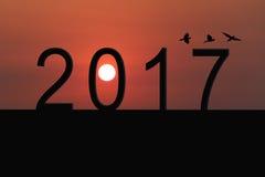 Silhouet van nummer 2017 op het huisdak en zonsondergang in twilig Royalty-vrije Stock Foto's